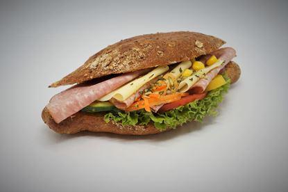 Bild von Dinkelweckerl mit Wienerwurst, Gouda, Salat, Tomaten, Gemüsegarnitur